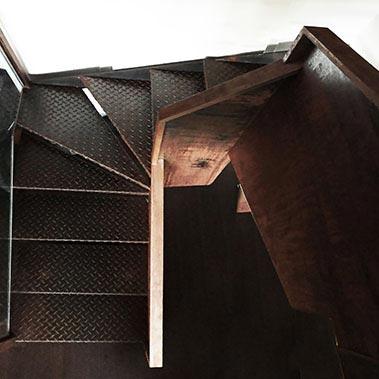 Escalera oxidada estilo industrial